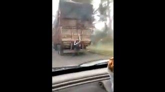 """Imprudente pasajero: viajaba """"enganchado"""" en el paragolpes de un camión"""