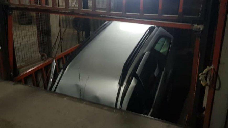 Insólito accidente de un auto en el pozo de un ascensor