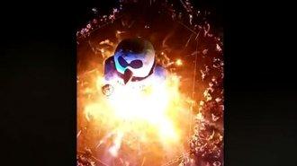 Imperdibles imágenes desde un cielo nocturno enardecido por la quema del muñeco gigante de Colón