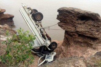 Camioneta cayó en una barranca a orillas del Río Uruguay