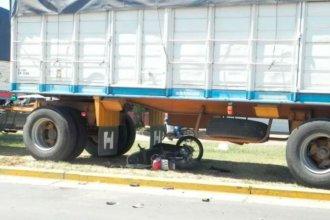 Iba en moto con su hija, chocó con un camión y murió