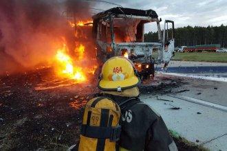 Impactante incendio de un camión en Autovía Artigas