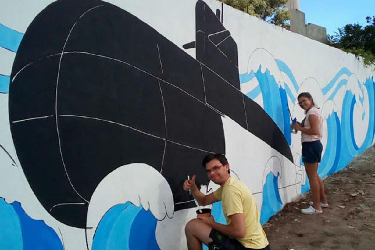 Daniel y Estefanía, en plena labor junto al mural.