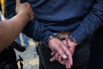 Quedó detenido tras moler un vidrio de la escuela normal