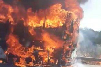 Voraz incendio de un colectivo