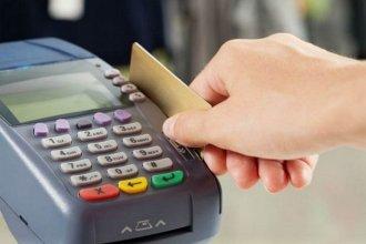 Monotributistas deberán aceptar tarjetas de débito en las transacciones