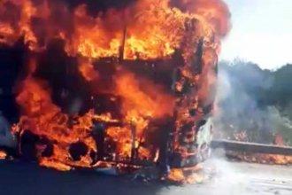 """Habló un pasajero del colectivo incendiado: """"No me puedo sacar de la cabeza lo que pasó"""""""