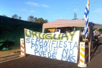 """Con la consigna """"Un solo Uruguay"""", se manifiestan cerca del puente"""