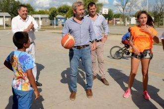 Frigerio, basquetbolista por un día al inaugurar obras en Entre Ríos