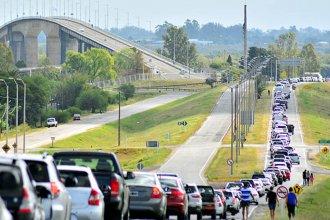 Dos kilómetros de cola en el puente Colón - Paysandú