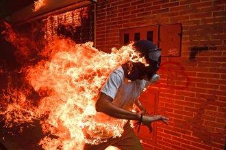 El joven en llamas, la historia detrás de la foto del año