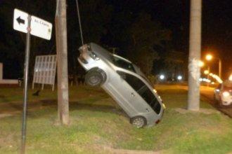 Conducía borracho, subió a una bicisenda y quedó pendiendo de un cable