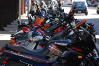 Piden ordenar el estacionamiento de motos frente al Club Progreso