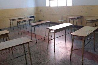 Sin sillas: los chicos copian la tarea sentados en el piso