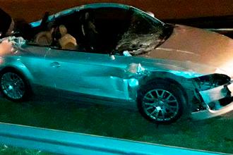 Quedó como un descapotable: chocó su auto contra un camión y le arrancó el techo