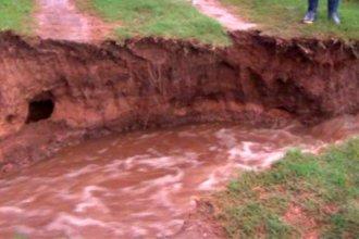 La lluvia formó una zanja que dejó incomunicada a una familia entrerriana