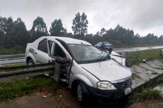 Un auto terminó atravesado por el guardarrail, tras despistar en la Autovía Artigas