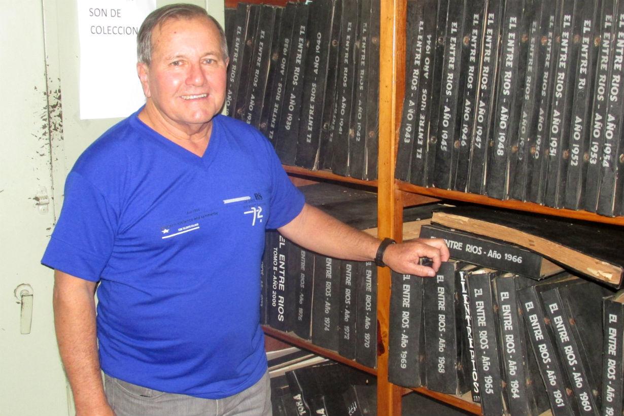 Hugo recorriendo el archivo de El Entre Ríos.