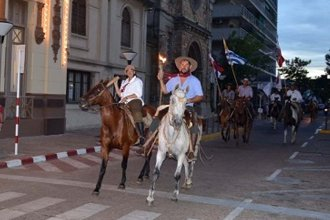¿Qué hacen esos gauchos montando a caballo entre autos, semáforos y bocinazos?