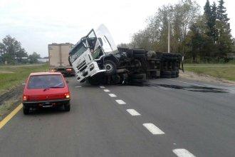 Camión cargado de leche volcó en la ruta 14 y su conductor desapareció