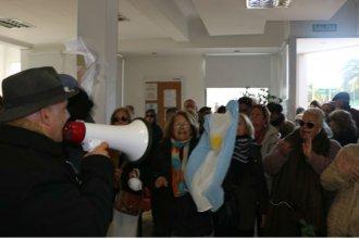 Dentro del Pami, los afiliados denunciaron que quieren privatizarlo