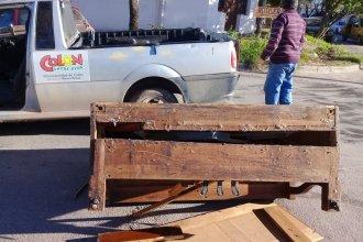 Un antiguo y valioso piano donado al Hogar Yanina, desparramado sobre el asfalto