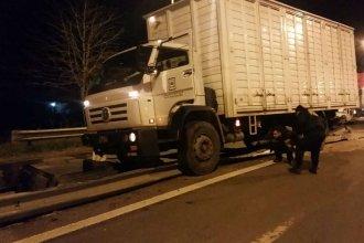 Dormido al volante: un camión chocó un guardarraíl