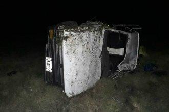 Por un desperfecto, volcó una camioneta en la Autovía Artigas