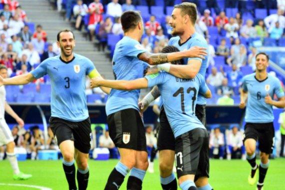 Uruguay goleó a los anfitriones y es líder del Grupo A