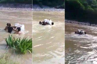 Al río lo cruzaron nadando para entregar las urnas de la elección