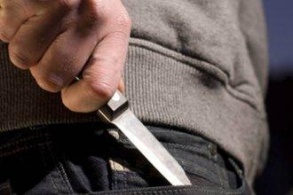 A punta de cuchillo, les sustrajo dos celulares y más de mil pesos