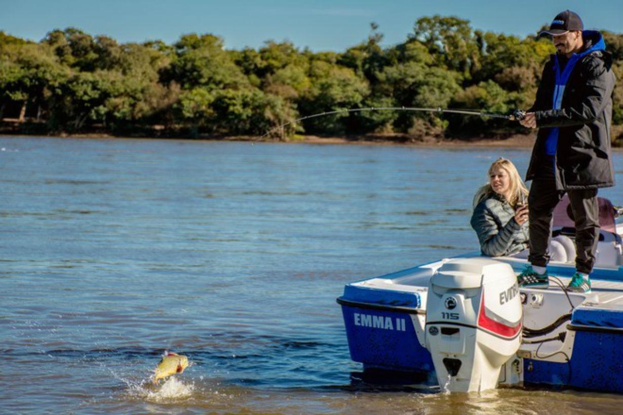 Mora, pescando en el Uruguay (Nuria Gilabert).