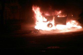 Cayó a una cuneta y su auto ardió espectacularmente en llamas, en plena madrugada