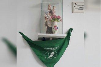 Parecemos empeñados en abrir grietas: Pañuelo verde para una imagen de la virgen