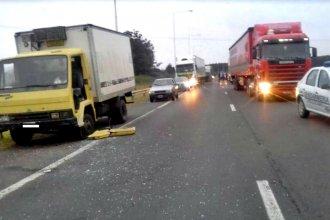 Murió el camionero que fue chocado mientras cambiaba una rueda en la Autovía