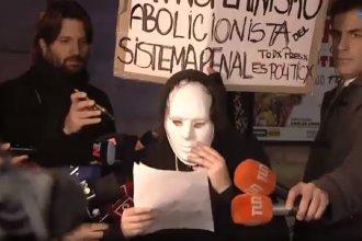 Con máscaras, un grupo de 30 mujeres se manifiestaron por la libertad de Nahir Galarza
