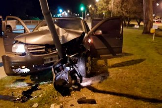 Una adolescente destrozó el auto de su padre al chocar contra una columna