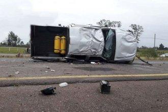 Despistó con su camioneta y volcó en el carril contrario de la autovía