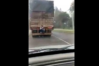 """""""Enganchado"""", viajaba en el paragolpes de un camión"""