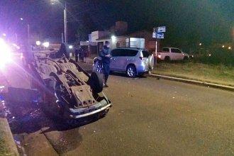 Violento choque frontal dio vuelta a un Renault 12 y su conductor fue hospitalizado
