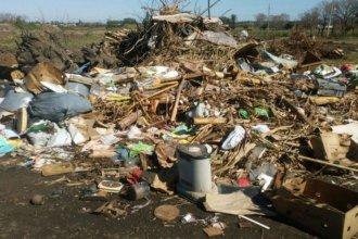 Denuncian que la Municipalidad tira basura frente a una escuela