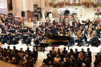 Con las melodías de Liszt y Mozart, Argerich cautivó a todos en el festejo de la Sinfónica