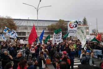 Una multitud marchó por la Universidad Pública