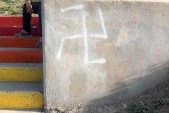 """La esvástica, pintada en gesto intolerante a la """"escalera de la diversidad"""""""
