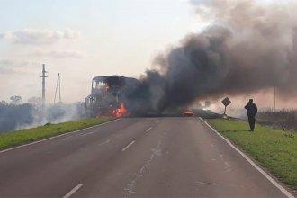 Un colectivo con pasajeros se incendió por completo en la Ruta Nacional 12