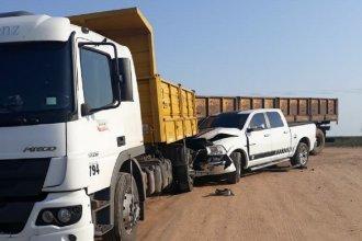 Insólito accidente: una camioneta se incrustó contra un camión en medio de una tranquila Colonia