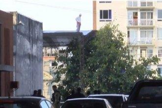 Amenazó durante cinco horas con tirarse de un techo, pero finalmente se bajó