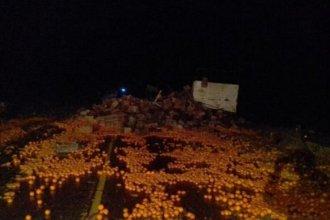 Camión cargado de cítricos volcó en la Ruta 18