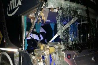 Camión embestido por un colectivo en plena autovía