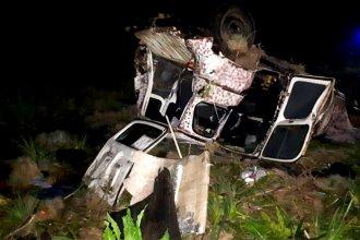 En un intento de sobrepaso, camión destrozó un auto